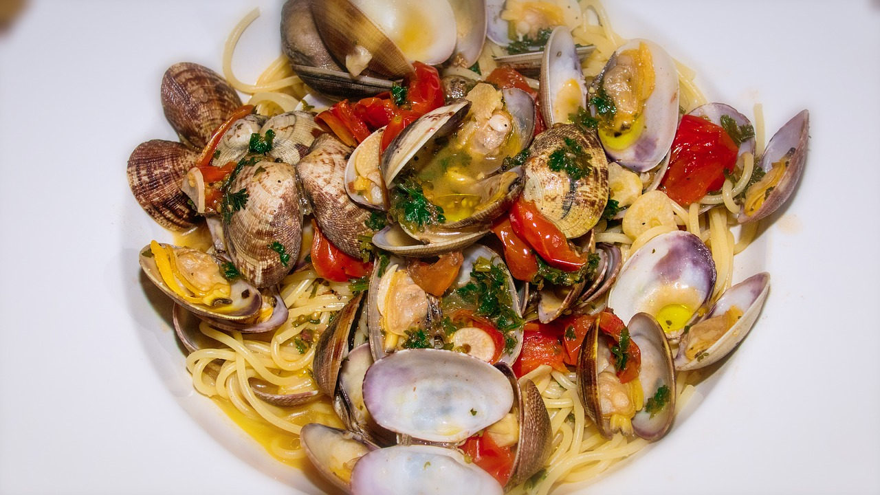 Italian cuisine food guide tavel guide food tips things to eat traditional dishes Campania Naples spaghetti alla vongole